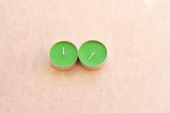 Gröna aromatiska stearinljus på träbräde Royaltyfria Bilder