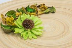 Gröna aromatiska torkade aromatiska blommor för örter på träbakgrund Fotografering för Bildbyråer