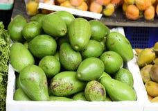Gröna avokadon i korg Fotografering för Bildbyråer