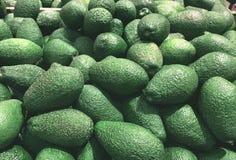 gröna avokadon ligger i supermarket arkivfoton