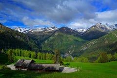Gröna berg för sommar med moln för blå himmel och vit Berg i alpsna Berglandskap i sommar Grön äng med mounta Royaltyfri Bild