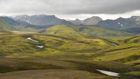 Gröna berg i Island arkivfilmer