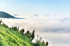 Gröna berg i molnen Arkivfoton