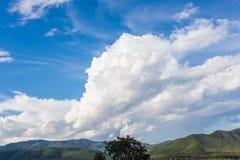 Gröna berg och molnig himmel Royaltyfri Foto
