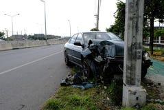 Gröna bilar kör med försummelse snabbt Och kolliderade med den elektriska polen, tills den skadades, bilolycka och att vänta för  royaltyfria bilder