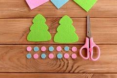 Gröna bollar för för för filtjulgranmodeller, rosa färger och blått, sax på träbakgrund Mästarklass för ungar moment Arkivfoton