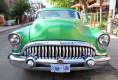 Gröna Buick royaltyfria bilder