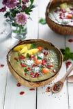 Gröna bunkar för Matcha teSmoothie med exotics bär frukt arkivbilder
