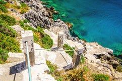 Gröna buskar och trappa till stranden, Grekland Arkivbilder