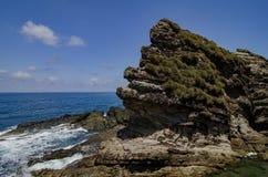 Gröna busksnår täckte den steniga strukturen på den Kapas ön, Malaysia Royaltyfri Bild