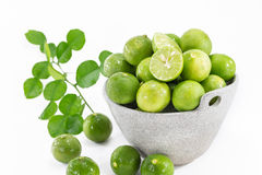 Gröna citroner i bunken Royaltyfria Bilder