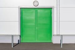 Gröna dörrar för metall royaltyfri bild