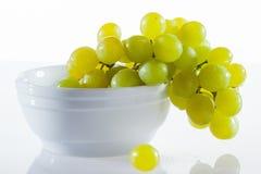 Gröna druvor i en vit bunke Arkivbild