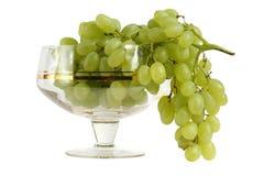 Gröna druvor i vasen av exponeringsglas Royaltyfria Foton