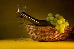 Gröna druvor och vitWine fotografering för bildbyråer