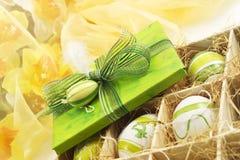 Gröna easter som är närvarande med bandet och det easter ägget, easter ägg i en ask Arkivbild