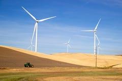 Gröna energivindturbiner som rullar åkerbruk jordbruksmark Arkivbilder