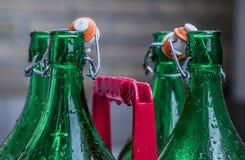 Gröna exponeringsglas blöter flaskor arkivbild