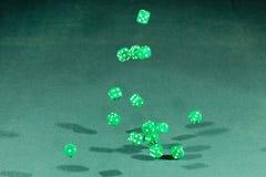 Gröna femton tärnar att falla på en grön tabell royaltyfri bild