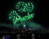 Gröna fyrverkerier över den Cincinnati horisonten Fotografering för Bildbyråer