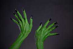Gröna gigantiska händer med svart spikar, verklig kropp-konst Royaltyfri Bild