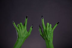 Gröna gigantiska händer som visar heavy metalgest Royaltyfria Bilder