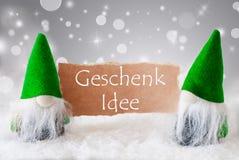 Gröna gnomer med snö, Geschenk Idee betyder gåvaidé Arkivfoto