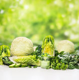 Gröna grönsaker och exponeringsglas med smoothien Arkivbilder