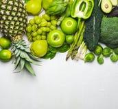 Gröna grönsaker och frukter på en vit bakgrund ny organisk produce royaltyfri fotografi