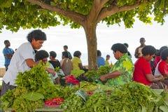 Gröna grönsaker på tropisk marknad arkivbild