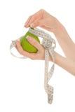gröna händer som rymmer kvinnan för pear s Arkivfoto