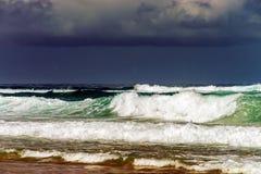 Gröna havvågor i stormig wheather Arkivbilder