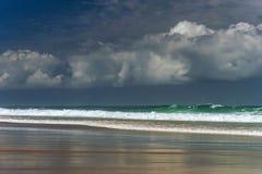 Gröna havvågor i stormig wheather Arkivfoto