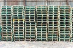 Gröna industriella stålforklliftpaletter Royaltyfria Bilder
