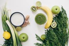 Gröna ingredienser för sund ätamatlagning Arkivfoton