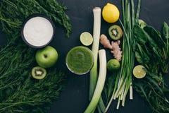 Gröna ingredienser för sund ätamatlagning Arkivfoto