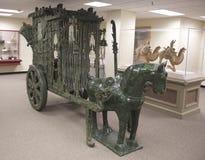 Gröna Jade Horse och vagn på utställning på skärm i ett museum Arkivfoto