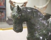 Gröna Jade Horse på utställning på skärm i ett museum Fotografering för Bildbyråer