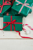 Gröna julpackar och röda pilbågar Fotografering för Bildbyråer
