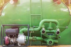 Gröna kontaktdon för slang för brandlastbil eller vattenpump med kontaktdon f Arkivfoto