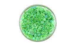 Gröna kristaller av havet som är salta i en glass kopp Royaltyfri Fotografi