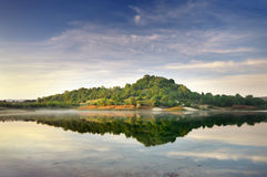 Gröna kullar för sjö och för vår Arkivfoton