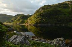 Gröna kullar i avlägset område av skotska högländer Arkivbilder