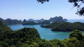 Gröna kullar i bakgrund bland AngThong nationalparköar Arkivbild