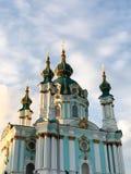 Gröna kupoler av kyrkan med guld- prydnader royaltyfri foto