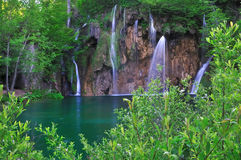 gröna lakevattenfall Arkivfoto