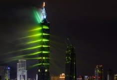 Gröna laser ger Taipei 101 a Matris-som atmosfär för de 2017 fyrverkerierna och ljuset för nytt år Royaltyfria Bilder