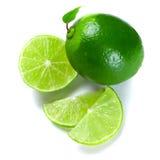 gröna limefrukter skivade Arkivfoto