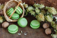 Gröna makron på mörk träbakgrund Royaltyfri Fotografi