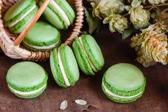 Gröna makron på mörk träbakgrund Royaltyfri Foto